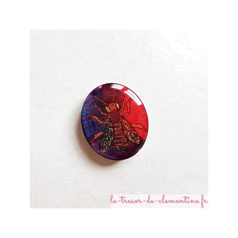 Magnet de collection abeille rouge, pourpre à bleu en bois, couleurs profondes aspect émail. cadeau utile pour petits et grands