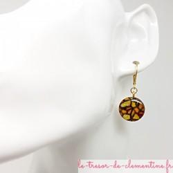 Boucles d'oreilles dormeuse artisanales décor vitrail tons jaune et or ronde pièce unique