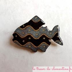Broche artisanale poisson noir et argent bois très léger peint à la main au couleurs profondes aspect émail pièce unique