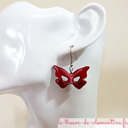 Paire de boucle d'oreille fantaisie pour femme masque forme papillon rouge, blanc avec léger pailleté, bijou artisanal d'art