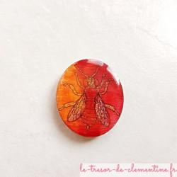 Magnet de collection abeille tons rouge à feu et or, en bois, couleurs profondes aspect émail.