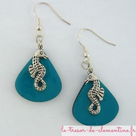 Boucles d'oreilles forme goutte d'eau décor hypocampe turquoise et argent
