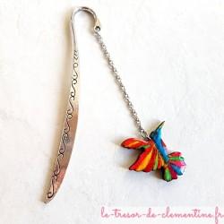 Ce marque-page oiseau Colibri multicolore et pailleté, véritable bijou de livre cadeau original pour petit ou grand lecteur