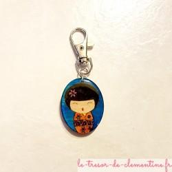 Porte-clefs ou accroche-sac à main ou sac à dos forme poupée japonaise orange et violet  belles couleur aspect émail