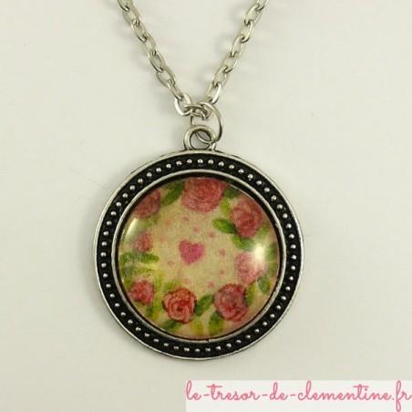 Pendentif médaillon ton argent veilli à décor de rose