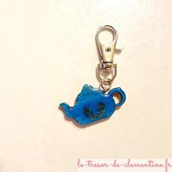 Porte-clefs original forme théière bleue décor fait main avec mousqueton cadeau utile