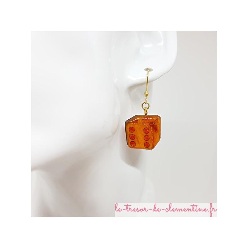 Boucle d'oreille artisanale en forme de dé orange pour joueuse avertie au décor fait main
