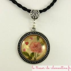 Pendentif rond médaillon ton argent vieilli à décor de rose avec bélière