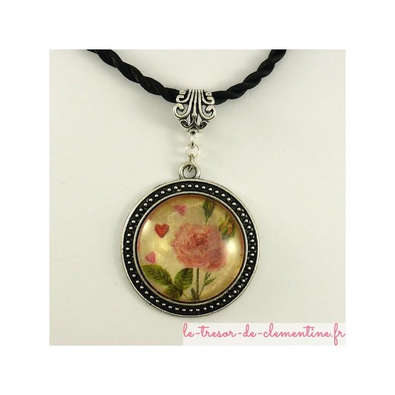 Pendentif rond médaillon ton argent veilli à décor de rose avec bélière