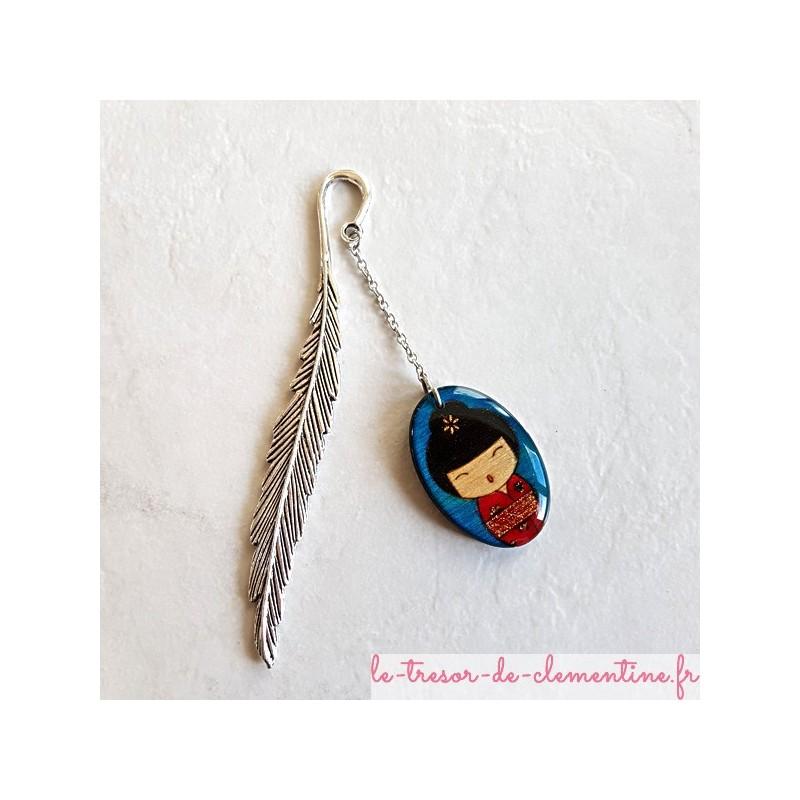 Marque page poupée japonaise bleu et rouge pailleté et plume argentée cadeau utile