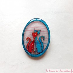 Broche artisanale un couple de chats amoureux bleu et rose scintillant