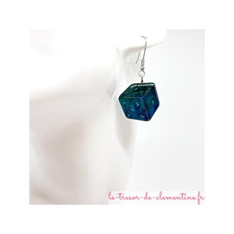Boucle d'oreille artisanale en forme de à jouer turquoise pour joueuse avertie au décor fait main