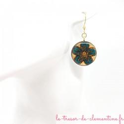 Boucle d'oreille femme fleur turquoise et bronze sur fond écru décor fait main