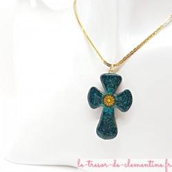 Collier artisanal Croix baroque turquoise avec chaîne Boston dorée  ne s'altère pas limite les allergies