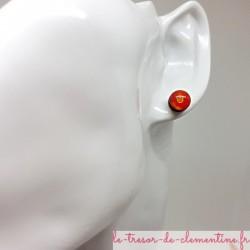 Bouton ou puce d'oreille rouge pailleté doré et scintillant prix doux couleurs profondes aspect émail
