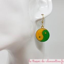 Petite boucle d'oreille pendante ronde Yin Yang vert et jaune
