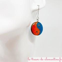 Petite boucle d'oreille pendante ronde Yin Yang orange et turquoise (la paire)