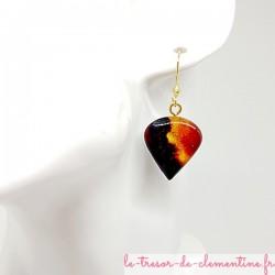 Boucles d'oreilles fantaisie perle de rosée noir et feu monture dorée légère et confortables à porter