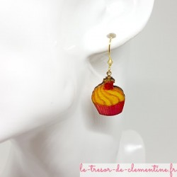 Boucle d'oreille fantaisie forme cupcake rouge à or