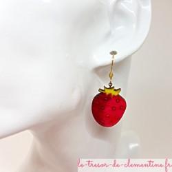 Boucle d'oreille femme pendantes en forme de Fraise vert et rose fabrication artisanale fait main