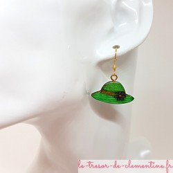 Boucle d'oreille pendante pour femme petit chapeau vert et doré
