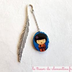 Marque page poupée japonaise KOKESHI bleu et orange pailleté et plume argentée
