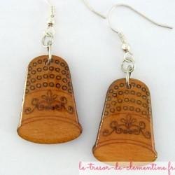 Boucles d'oreilles en bois décor dé à coudre orange vif