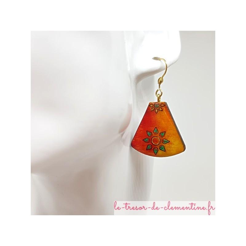 Boucle d'oreille fantaisie décor soleil été orange vert et pailleté triangle tronqué