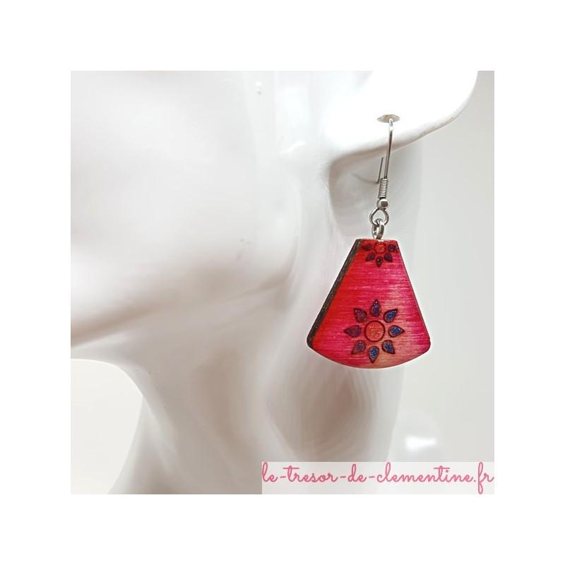 Boucle d'oreille artisanale décor soleil été rose, bleu et pailleté triangle tronqué