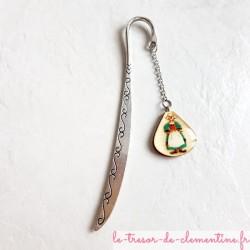 Marque-page avec Bécassine sur un support couleur argent, véritable bijou de livre ou de bureau décor
