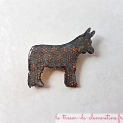 Broche fantaisie représentant un âne Baudet du Poitou gris fleurs roses fait main