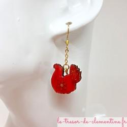 Boucles d'oreille fantaisie poule rouge fleur et pailleté fait main monture et chaîne inox doré pour éviter les allergies.