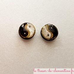 Puce ou bouton d'oreille yin yang blanc noir et or pailleté 12 mm bijou artisanal fait main