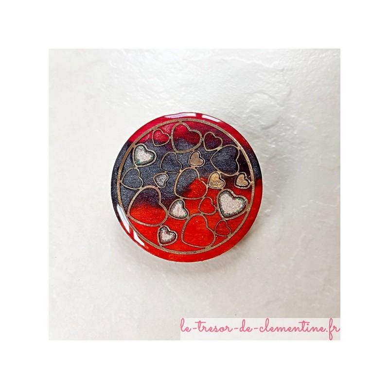 Broche romantique rouge, noir et argent forme ronde aspect émail motif coeurs fait main