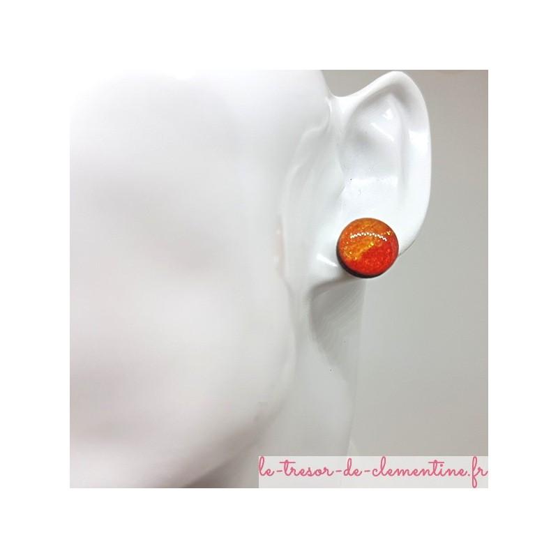 Boucle d'oreille forme bouton d'oreille orange et feu et pailleté 12 mm fait main