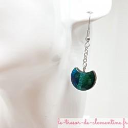 Boucles d'oreilles pendantes sur chaîne forme Croissant de Lune turquoise et pailleté