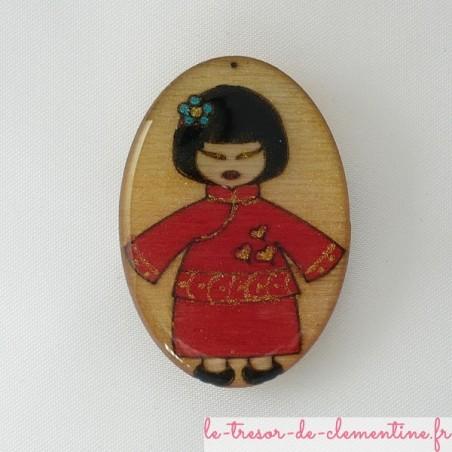 Broche poupée japonaise rouge et nacré