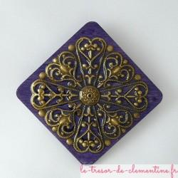 Broche style baroque ou médiéval losange violet