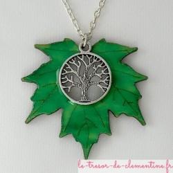 Pendentif à décor de feuille d'érable vert