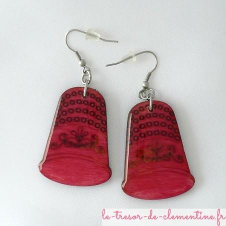 Boucles d'oreilles en bois décor dé à coudre rose vif