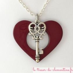 Pendentif clé métal argent sur coeur rouge en bois émaillé