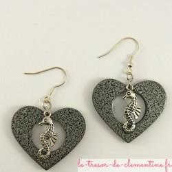 Boucles d'oreilles hyppocampe dans un coeur
