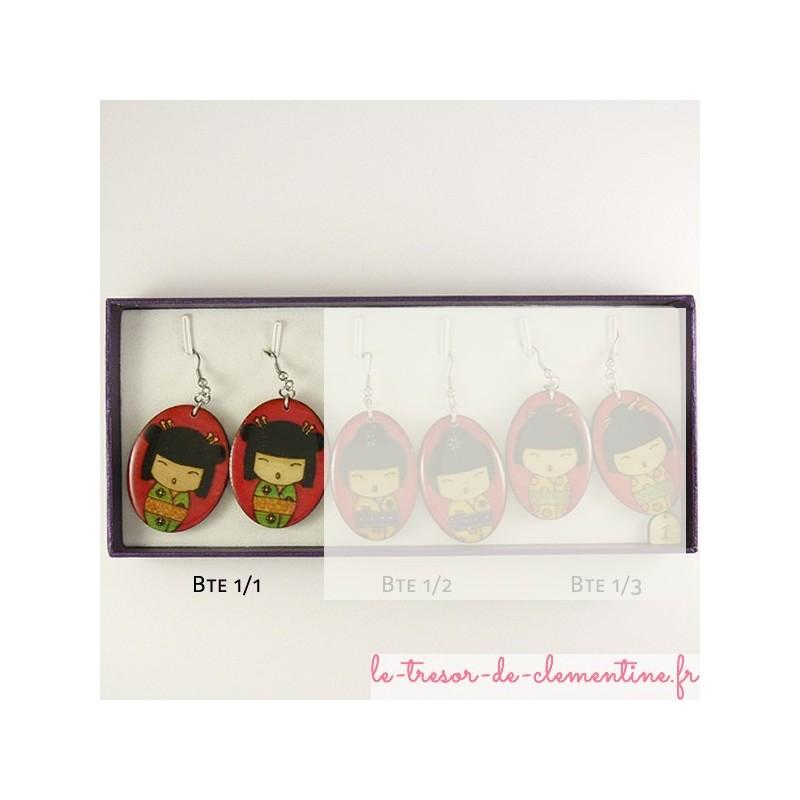 Boucle d'oreille fantaiisie poupée japonaise rose et vert