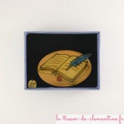 Bijoux médiévaux, broche original livre ou grimoire et plume d'oie