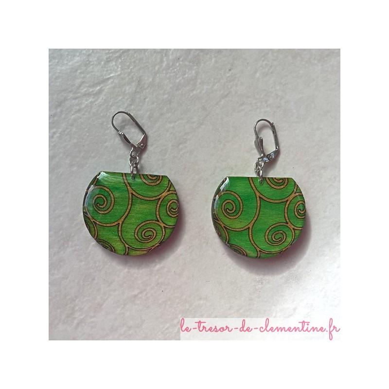 Boucle d'oreille fantaisie verte à spirale