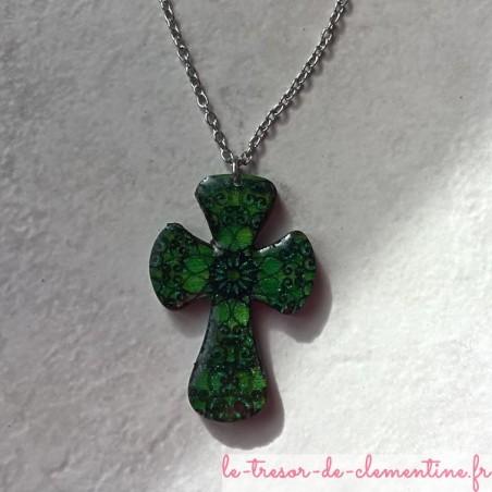 Croix baroque verte, bijou artisanal