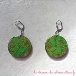 Boucle d'oreille fantaisie artisanale verte à spirale forme ronde