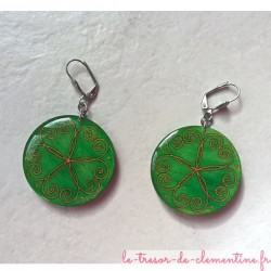 Boucle d'oreille artisanale verte bijou fantaisie baroque forme ronde décor de coeurs