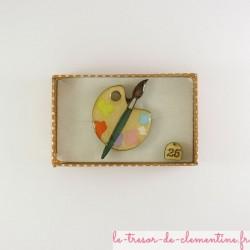 Broche originale et artisanale en forme de palette avec pinceau vert, petit modèle.