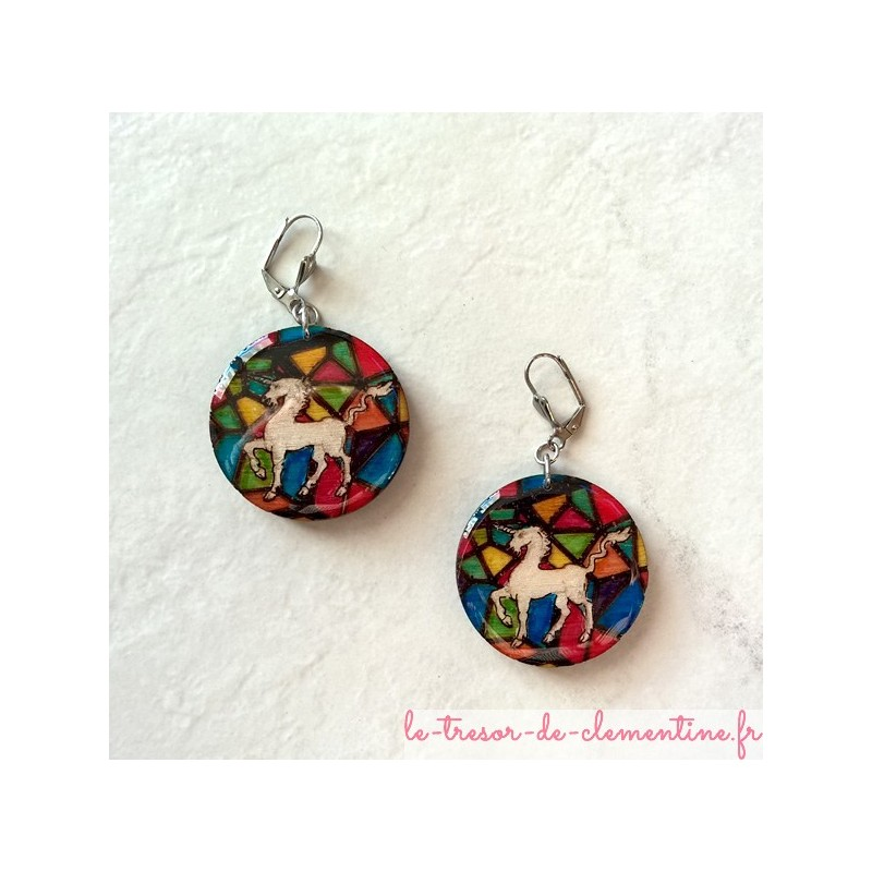 boucle d'oreille fantaisie Licorne en vitrail, décor médieval de fabrication artisanale, signée au dos, couleurs intenses